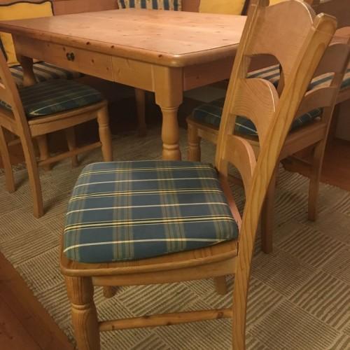 Schöne Eckbank mit Tisch & Stühlen